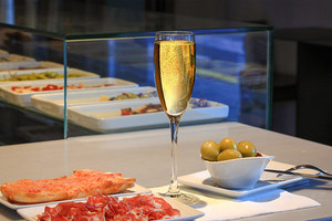 Eat with locals: Tapas & wines tasting
