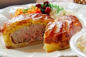 Eat with locals: Tourte traditionnelle de la vallée de munster accompagnée de crudités