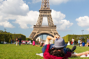 Eat with locals: Picnic devant la tour eiffel/ picnic in front of eiffer tower!