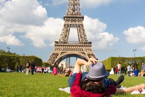 Manger chez l'habitant: Picnic devant la tour eiffel/ picnic in front of eiffer tower!