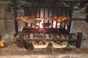Manger chez l'habitant: Viande  à la broche au feu de bois