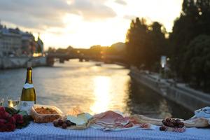 Eat with locals: Picnic à 10 minutes de notre dame sur l'ile de la cité/ picnic 10 minu...