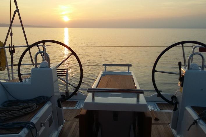 Apéritif à bord d'un voilier sur le lac