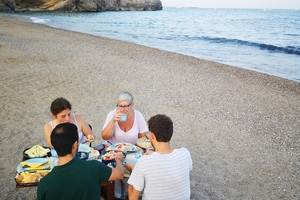 Eat with locals: Seafood dinner on a calm beach